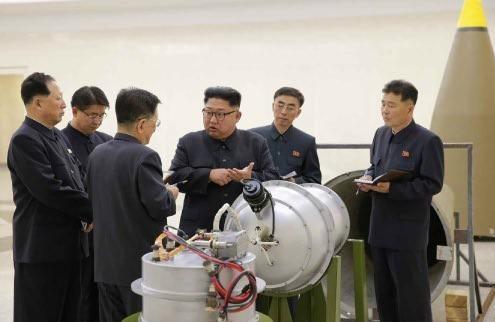 新開発の水爆を視察する金正恩氏。EMP攻撃が可能になったと主張している(写真は労働新聞から)