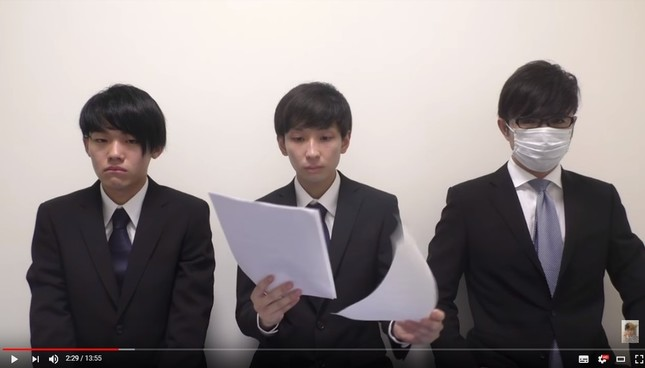 「謝罪」動画を投稿したヒカルさん(中央)、ラファエルさん(右)、禁断ボーイズのいっくんさん