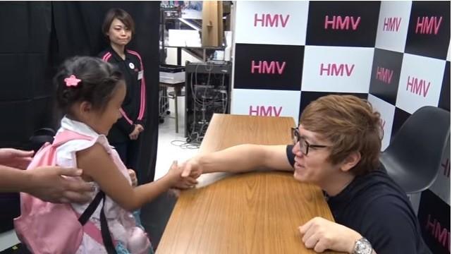 小さな子と握手するときは目線を合わせる