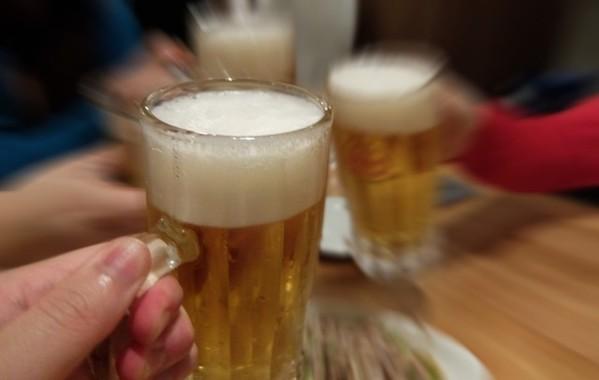 居酒屋でビールと説教(写真はイメージ)