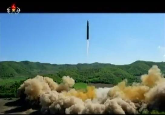 大陸間弾道ミサイル(ICBM)「火星14」の3回目の発射はあるのか(写真は朝鮮中央テレビから)