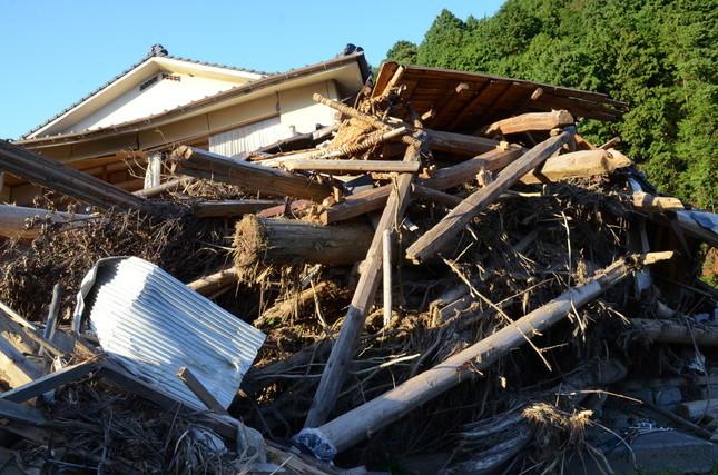 北小路集落では大量の流木が家屋を押しつぶし、犠牲者が出た