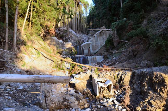 土石流に破壊された砂防堰堤が無残な姿をさらしていた