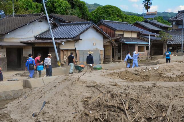 杷木林田地区で、被災した家々にボランティアが向かう