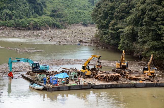 寺内ダムでは流木の撤去作業が続くが、奥にはまだ数えきれないほどの木が見える
