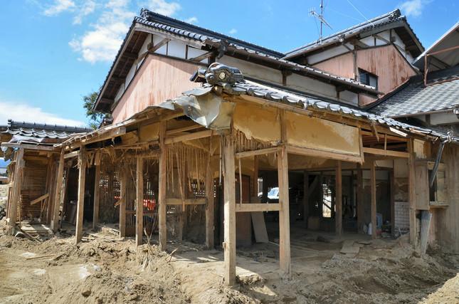 大量の土砂と流木で多くの家が被害にあった