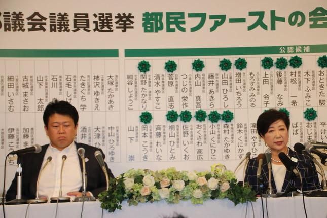 都民ファは2017年7月の都議選直後に代表が交代したばかりだった。左側が野田数氏。右側が小池百合子氏