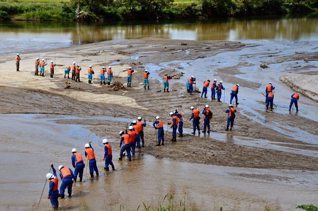 筑後川で9月3日に行われた消防、警察、地元消防団による行方不明者の合同捜索