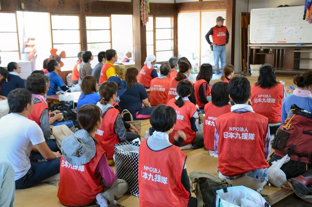 集まったボランティアの人たちが、現場に向かう前の事前説明を受ける