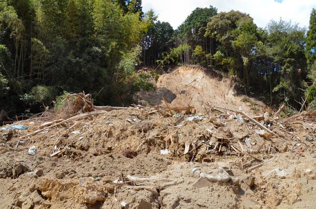 被害が大きかった杷木松末地区で、土砂崩れが起きていた
