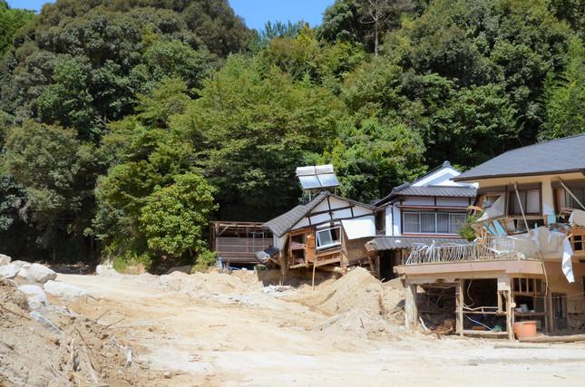 豪雨と土石流の影響で大きく損壊した住宅