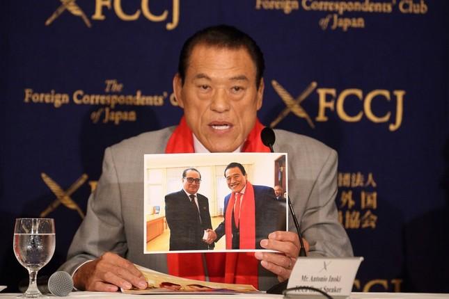 李洙墉(リ・スヨン)朝鮮労働党副委員長との写真を手に臨むアントニオ猪木参院議員