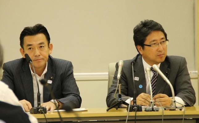 増子博樹幹事長(右)と山内晃政調会長