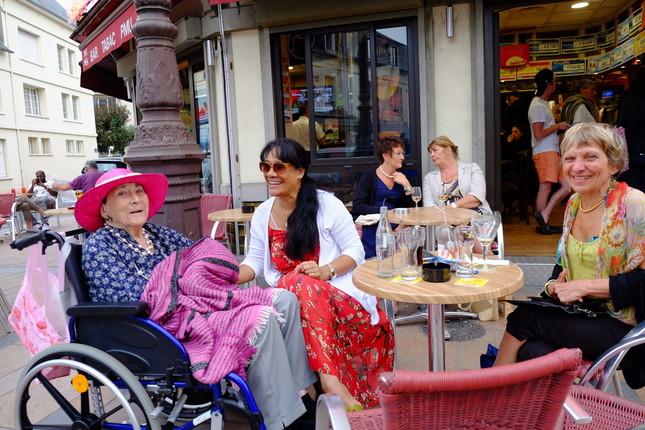 高齢女性(左)の面倒を見る南太平洋のタヒチ出身の女性(中央)。フランス領から移り住む人も多い(仏北西部ドーヴィルで)