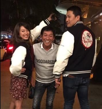 里田さん、さんまさん、田中投手の3ショット写真(同)