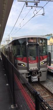 JR西日本が運行する227系車両の方向幕に「カープ坊や」が登場(写真提供:貨物広島2017年度長月(連覇達成) @jrf_hiroshima さん)