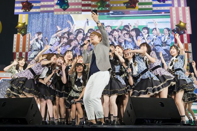 コンサートにはHIKAKINさん(中央)がサプライズ出演した。動画は後日公開されるという (c)NMB48