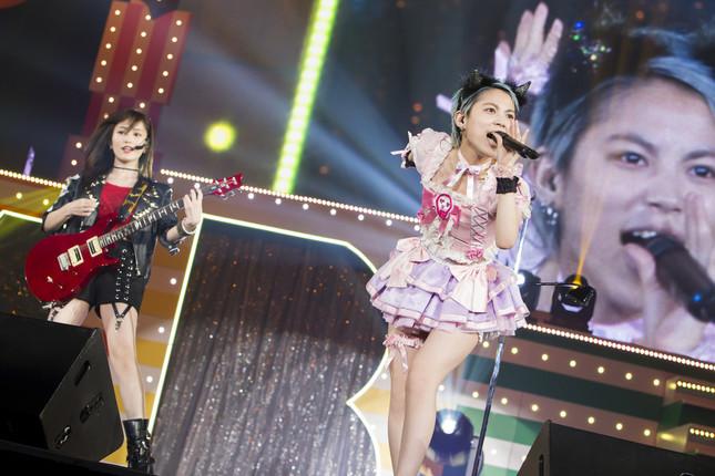 卒業を控えた木下百花さん(右)にとっては最後の大規模コンサートになった。左奥は山本彩さん (c)NMB48