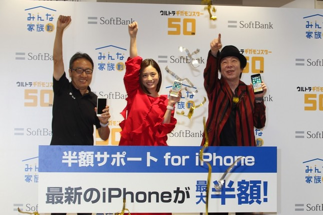カウントダウンでiPhone8の発売を祝った。左からソフトバンクの宮内謙社長、上戸彩さん、古田新太さん