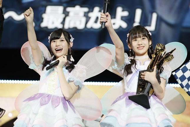 優勝を果たした「fairy w!nk(フェアリーウィンク)」。左からHKT48の運上弘菜さん、荒巻美咲さん (c)AKS