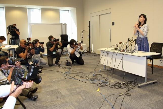 記者会見には多くの報道陣が集まった