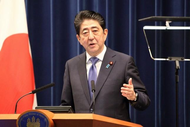 記者会見で衆院解散を表明する安倍晋三首相