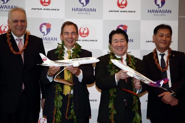 業務提携を発表するハワイアン航空のマーク・ダンカリー社長(左から2番目)と日本航空(JAL)の植木義晴社長(左から3番目)