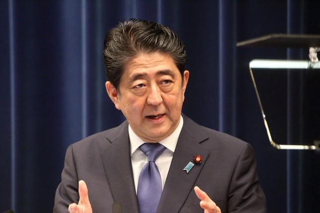 会見で衆院解散を表明、記者の質問に答える安倍首相(25日、J-CASTニュース撮影)
