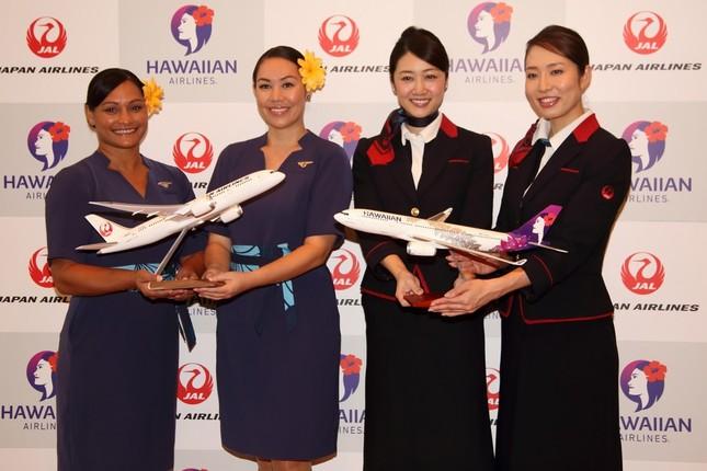 ハワイアン航空(左)と日本航空(右)の客室乗務員(CA)
