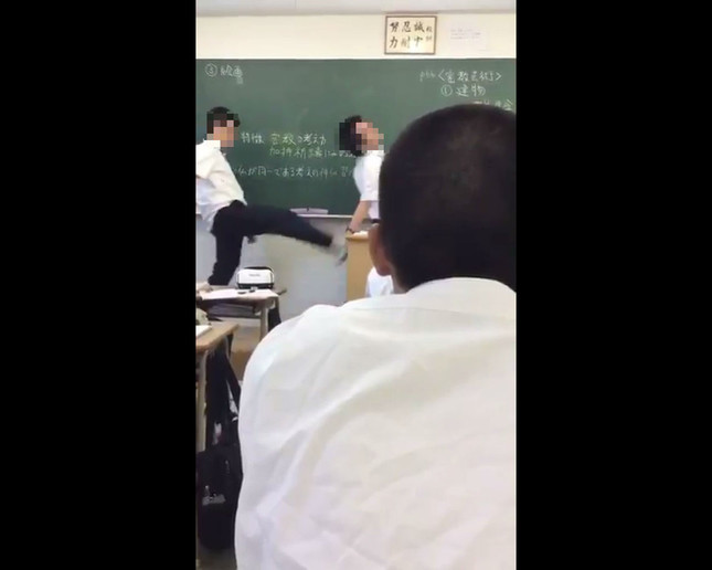 生徒が教師を何度も蹴りつける場面も(画像は投稿動画より)