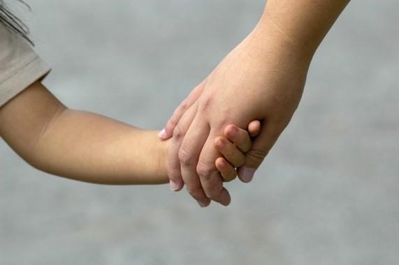 ママと手をつなぐ子供