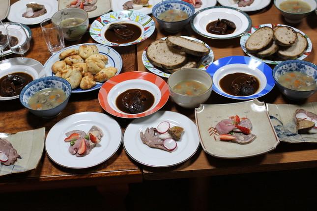 シカを捕獲する「レビヤヤークト」のメンバー。シカ・イノシシ肉料理の「阿波地美栄(あわじびえ)」(OTSUCLEののホームページから)