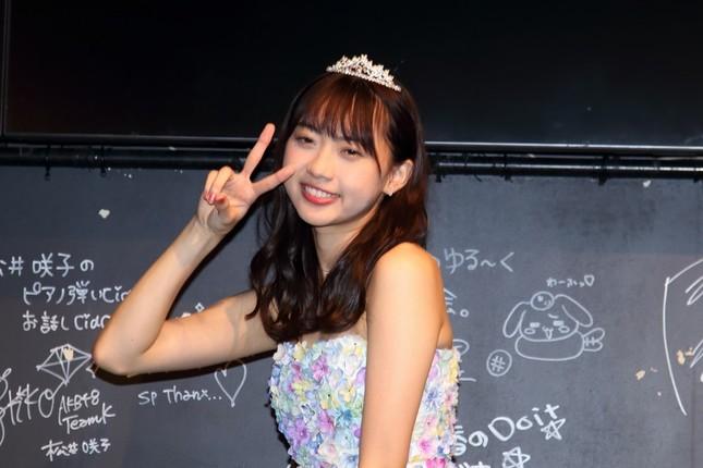 東京での卒業公演後に報道陣の取材に応じる木崎ゆりあさん