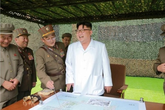 弾道ミサイルの発射を視察する金正恩委員長。手元の地図には日本が写っている(労働新聞ウェブサイトから)