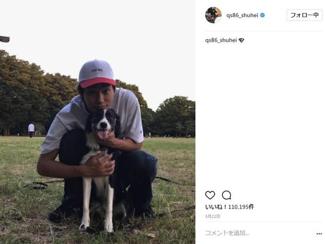愛犬スヌープくんを後ろから抱きしめる野村周平さん(写真は野村周平さんのインスタグラムより)