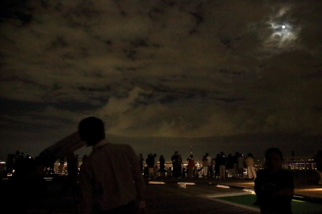 多くの人が東京の夜景とともに「観月会」を楽しんだ