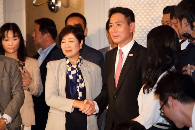 記者会見した希望の党の小池百合子代表と民進党の前原誠司代表。小池氏は衆院選出馬を改めて否定した