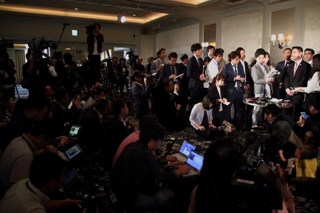多くの報道陣が集まったため、ぶら下がり会見は急きょホテルの部屋で行われることが決まった