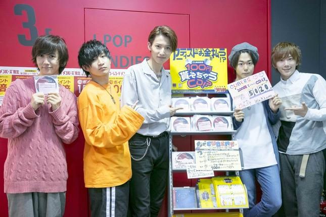 「CUBERS」メンバーと「100円貰えちゃうCD!?」の配布ブース
