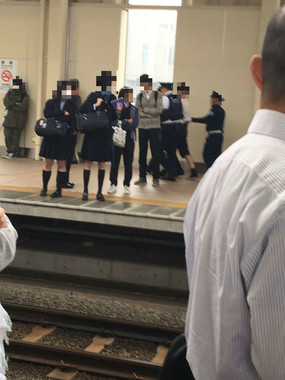 警察や駅職員らに保護される男性(画像奥)。画像はまっつー(@kunitachi0733)さん提供
