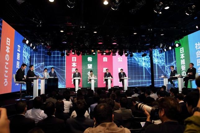 討論会には与野党8党の党首が出席した