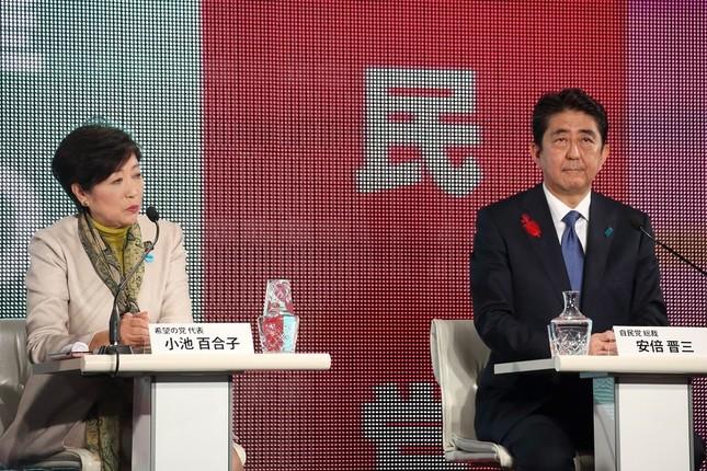 東京都の小池百合子知事(希望の党代表、左)は安倍晋三首相(自民党総裁、右)に3回にわたって質問した