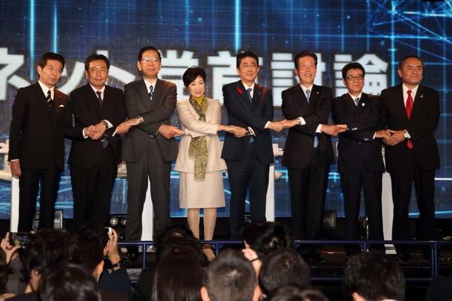 討論会には与野党8党の党首が出席。ちゅうちょする声はあったものの、結局は全員が手をつないで写真に収まった
