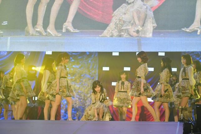 渡辺麻友さんの卒業シングル「11月のアンクレット」(11月22日発売)は、曲の最後でステージにマイクを置く演出を取り入れた (c)AKS