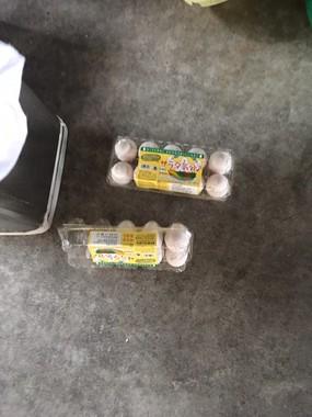 床には生卵がパックごと置かれていた。画像はまるこ(@badminton523)さん提供
