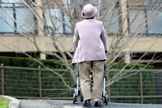 高齢化社会のなかで医療技術も進歩し続けている(画像はイメージ)