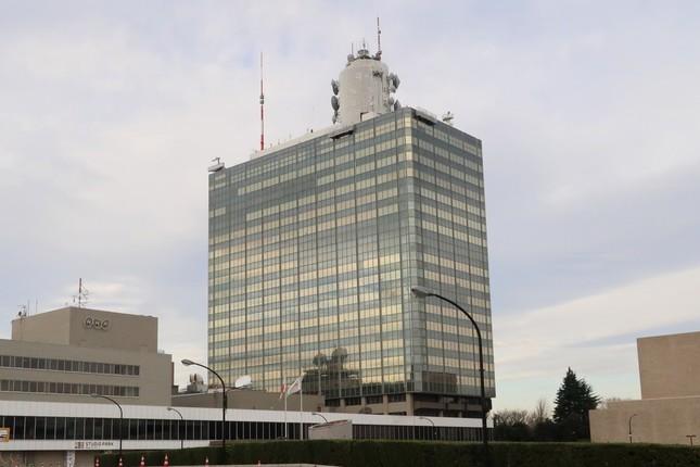 過労死した記者の両親は会見を開いてNHKの説明に反論した(写真は東京都渋谷区のNHK放送センター)