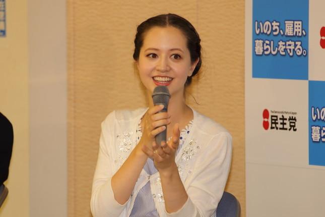 内山さんの事務所の先輩にあたる春香クリスティーンさん(2014年9月撮影)。「政治家追っかけタレント」「政治オタク」として知られる