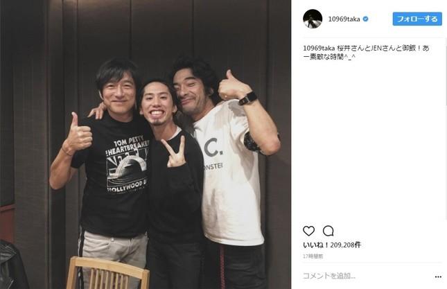Mr.Childrenのボーカル・桜井和寿さん(写真左)と、同バンドのドラマー・鈴木英哉さん(写真右)に挟まれるONE OK ROCKのボーカル・Takaさん(写真はTakaさんのインスタグラムより)