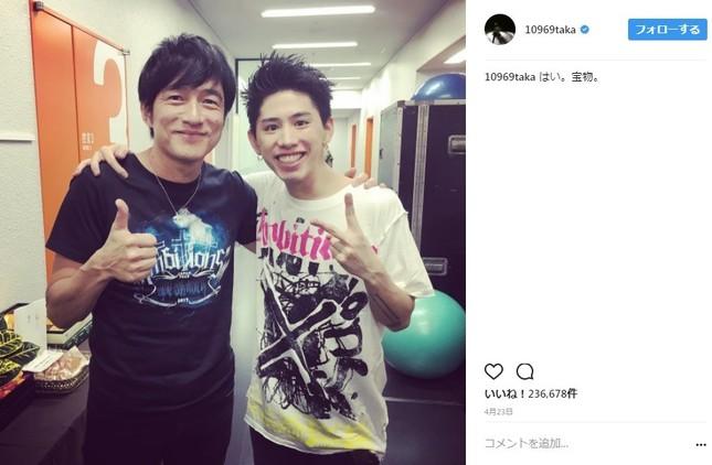 ONE OK ROCKの2017年日本ツアーの横浜アリーナ公演に出演した桜井和寿さん(写真左)とTakaさん(写真右)の2ショット(写真はTakaさんのインスタグラムより)